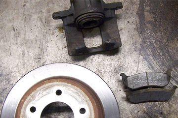 Esta foto muestra un conjunto de freno de disco típico con rotor, almohadillas y pinza. Esta asamblea fue sustituido después de la congeló pinza y las pastillas llevaba a casi ninguna de espesor. Calor deformado el rotor y evitó que los frenos funcionen con eficacia.