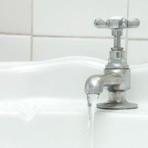 fregadero grifo de agua corriente