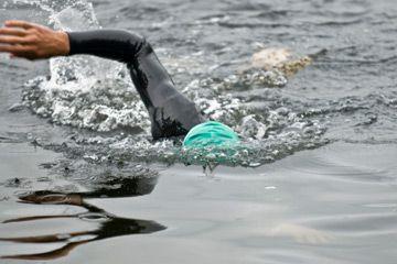 Natación en aguas abiertas ofrece un tipo diferente de desafío a los nadadores graves.