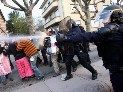 Un policía antidisturbios francesa utiliza gas pimienta contra los manifestantes durante la cumbre de la OTAN el 4 de abril de 2009, en Estrasburgo, Francia.