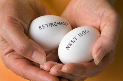 Manos que sostienen los huevos marcados jubilación y ahorros