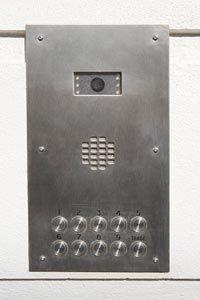 El tipo de sistema de cámaras de seguridad de una persona se instala, como esta pequeña cámara dentro de un intercomunicador, depende del tipo de actividad bajo vigilancia.