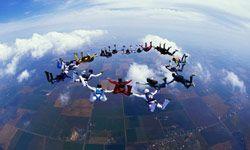 Paracaidistas en caída libre formación, Davis, Hawai, EE.UU.