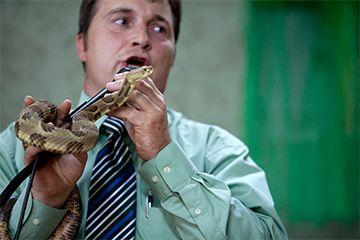 Pastor se encarga de una serpiente