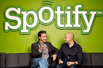 Fundadores de Spotify Daniel Ek y Martin Lorentzon frente verde logo Spotify