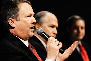 Alaska candidato a gobernador Ralph Samuels responde a una pregunta durante los candidatos a gobernador republicano' forum portion of the Republican State Convention held at Centennial Hall in Juneau, Alaska.