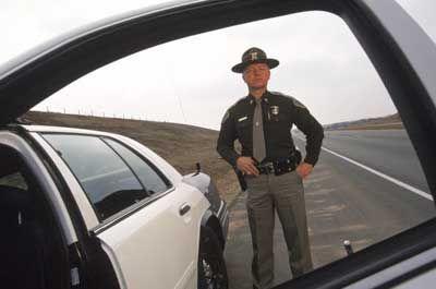 policía estatal en la carretera