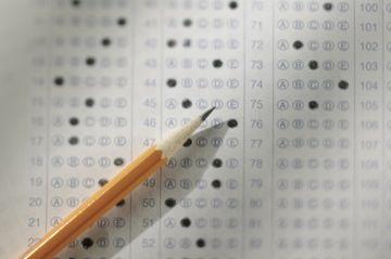 Hoja de respuestas de exámenes estandarizados.