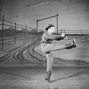 Actriz, cantante y bailarina Allyn Ann McLerie del American Ballet Theatre baila el papel de La Vaquera de Aaron Copland's &quot-Rodeo&quot- in 1953.