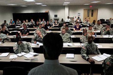 Funcionario de la Comisión de Seguridad de Empleo de Carolina del Norte Thomas Snuffer ofrece una conferencia sobre el lugar de trabajo civil a un grupo de soldados en Fort Bragg, Carolina del Norte