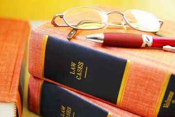 pila de libros del colegio de abogados