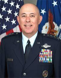 Jefe de Estado Mayor de la Fuerza Aérea, el general T. Michael Moseley