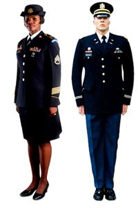 El Ejército anunció recientemente planes para reemplazar sus uniformes de servicio verde, blanco y azul con un solo uniforme de servicio azul, probablemente similar al uniforme azul del ejército se muestra aquí.
