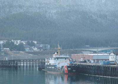 Los Estados Unidos guardacostas páramos tierna boya de arce en Juneau, Alaska, para una visita puerto programado.