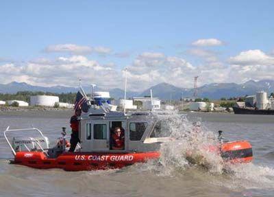 La Guardia Costera de Seguridad y Vigilancia Marina Equipo Anchorage demuestra su capacidad de defender un blanco estacionario contra un agresor a base de agua a bordo de dos de sus barcos Defensor de la Clase.