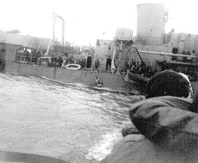 El USCGC Alexander Hamilton después de que ella había sido torpedeado y la mayoría de su tripulación abandonada nave.
