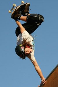 Shaun White compite en los hombres's skateboard event during the Summer X Games in 2008.