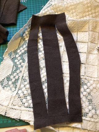 Primero recorté los bordes. No hay necesidad de preocuparse por el deshilachado, la lana es casi como sentía a causa de la alta temperatura de lavado. yo'm going to plait it.