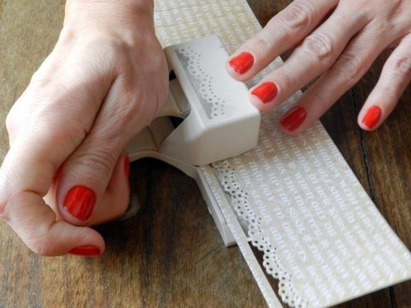 Use un punzón borde en un borde de cada papel.
