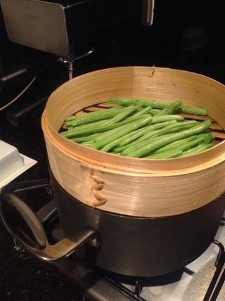 Mientras que las patatas están hirviendo, llenar una canasta vaporera de bambú con judías verdes, ellos cubrir durante 15 minutos y luego se puede saltearlos en una sartén con la mantequilla