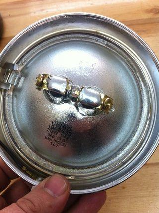 Coloque la bombilla hacia el exterior en el anillo cromado de la cáscara. asegúrese de que el meollo de cristal en el bulbo va en el hueco conchas.