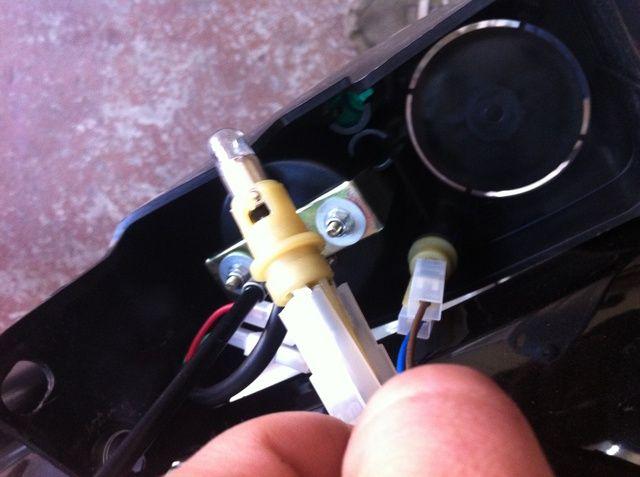 tirar de las luces indicadoras del panel de instrumentos de valores. usted puede acortar sus cables demasiado para dejar espacio a la preciosa inmobiliario dentro del nuevo faro de bala. quitar el velocímetro con un trinquete.