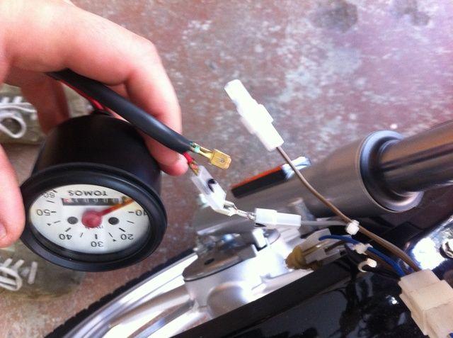 desconectar los cables del velocímetro. marca que los cables van entre sí dibujando una línea desde un conector a la otra con un Sharpie y el otro con un 0 a través de los conectores de modo que las piezas coinciden.