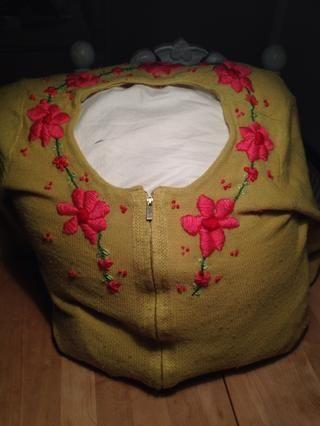Mi primer intento de bordado. Las flores se parece a un año de edad con los ojos vendados 3 los hizo, pero fue muy divertido hacer esto, y gran práctica. Mi marido está ocultando todos sus suéteres. ??????