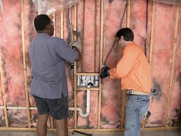 Dos hombres Extracción Nails De Studs