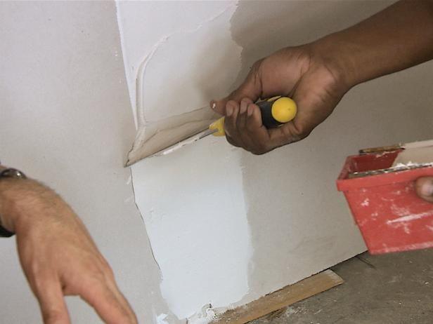 El hombre de aplicar la capa de la capa superior a Wall