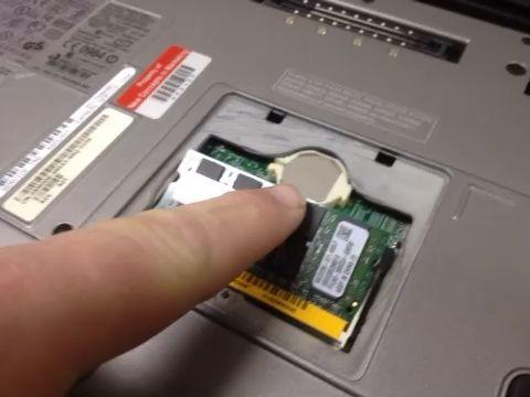 Con el módulo de memoria insertada correctamente en el puerto del módulo de memoria en un ángulo de 30 a 45 °, empuje hacia abajo en el módulo de memoria hasta que encaje en su posición.