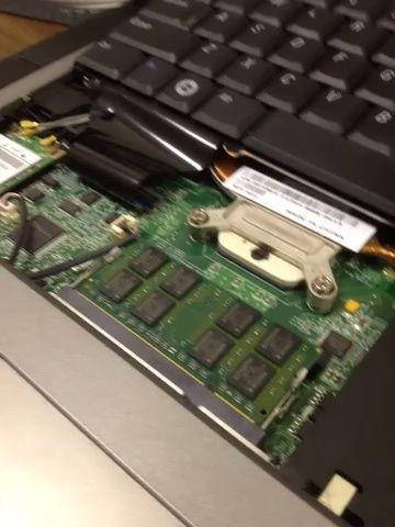Retire el módulo de memoria existente y luego alinear la ranura (s) s en el nuevo módulo de memoria con el puerto del módulo de memoria. Inserte el módulo de memoria y empuje hacia abajo para bloquear en su lugar