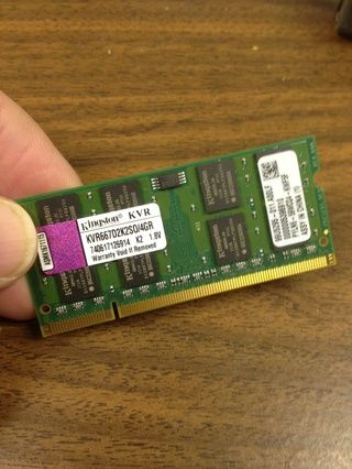 Palillo de la memoria para el ordenador portátil. Se le puede instalar más de uno de ellos, dependiendo de su ampliación de memoria.