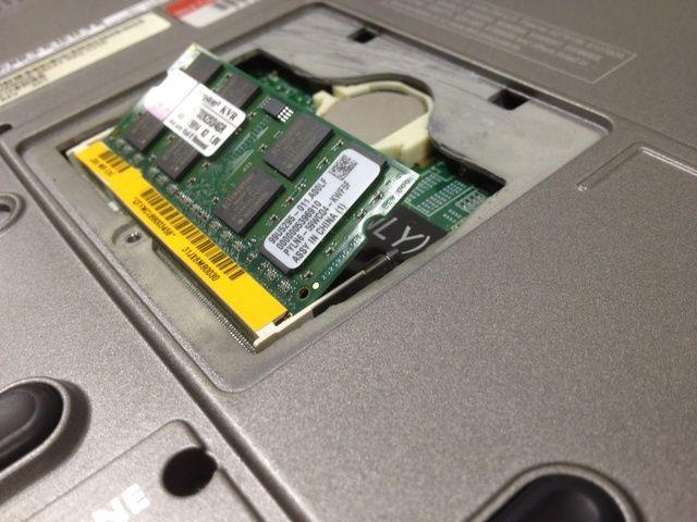 Cuando se inserta correctamente, el módulo de memoria debe ponerse de pie en un ángulo de 30 a 45 ° en la ranura de memoria.