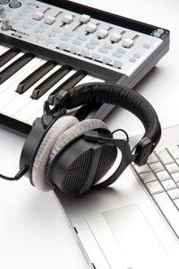 teclado y el ordenador con auriculares