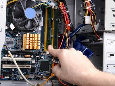 Después de abrir con seguridad hasta su escritorio para revelar su interior, añadiendo nueva RAM es un proceso sencillo.
