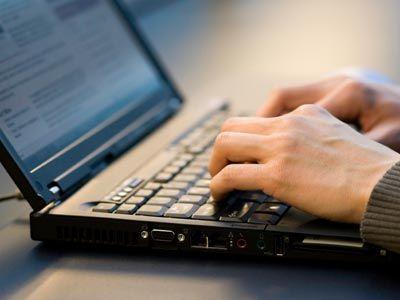 Para algunos, la adición de memoria de acceso aleatorio más (RAM) a su computadora portátil puede parecer una tarea de enormes proporciones. ¿Por dónde empezar?