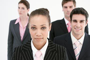 empleados compiten por posición