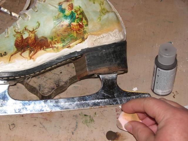 Una vez que el Crackle Medium haya secado el uso Antigüedades Crema Raw Umber para resaltar las grietas en la pasta para una gran sensación de la vendimia. Frote el medio en las grietas con una esponja y limpie el exceso.