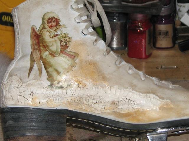 Añadir y mezclar tintas en el segundo lado del patín también. Don't forget to add a bit of color to the back strap of the skate and lace areas as well for a uniform balanced look.