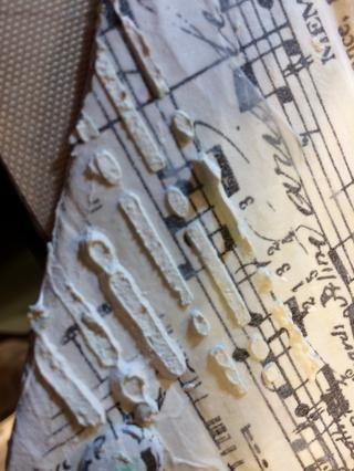 Mordí más textura con estuco y la plantilla del código Morse.
