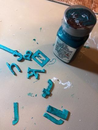 Una vez que el yeso estaba seca, he pintado las letras con Viridian sorbete.