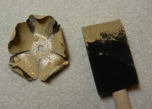Pintar una capa delgada de pintura acrílica sobre el metal. Trabajar con rapidez, ya que no desea que la pintura se seque. Es posible que desee permitir que algunos de los de metal original para mostrar a través.