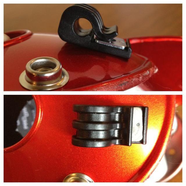 Los clips laterales deben sentarse de manera que la apertura se enfrenta a la parte delantera si el casco. La apertura pinza superior debe hacer frente a la parte trasera del casco.