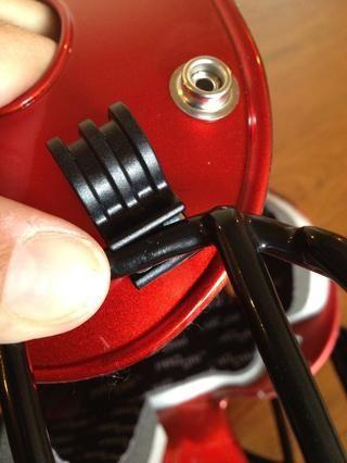 Encaje el espacio central de la guardia en el clip. Use los músculos, ya que's a bit tough to do! Snap sides in first then the top.