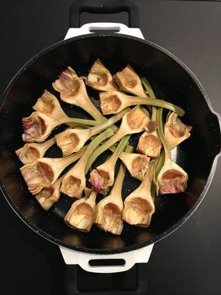 Organizar las alcachofas en una olla