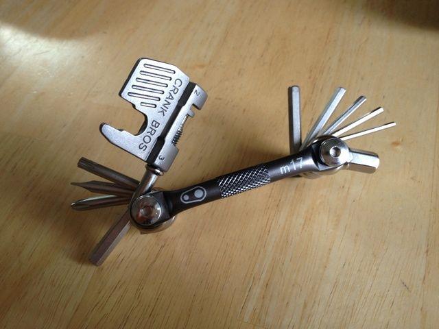 Obtener una multi-herramienta. Esta es la pieza más importante, ya que se puede utilizar para modificar o corregir la mayoría de las partes de la moto. Como mínimo, asegúrese de que tiene 4 y 5 mm herramientas y phillips hexagonales y destornilladores de cabeza plana.