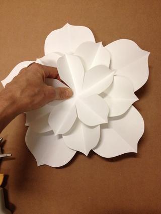 Añadir capa C, más pequeña capa de pétalos. Alterne los pétalos. Aplique presión para asegurar la adhesión.