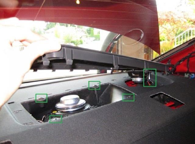 Retire el cable del altavoz del altavoz de agudos (pequeño altavoz). Retire los 4 tornillos Torx que sujetan la cubierta cubierta de la caja del subwoofer.