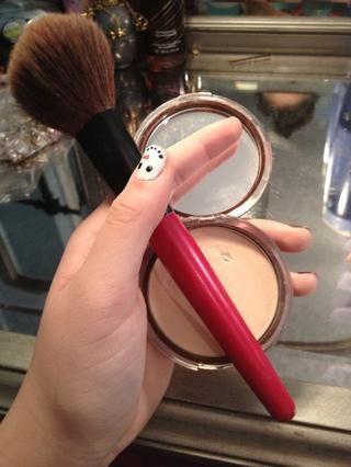 Aplicar polvo de fijación con un cepillo suave y esponjosa.